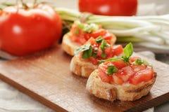 Bruschetta italiano con la cebolla y la albahaca de los tomates Fotografía de archivo libre de regalías