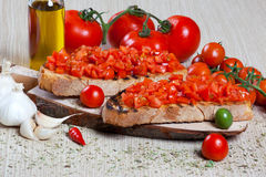 Bruschetta italiano con los tomates Imagenes de archivo