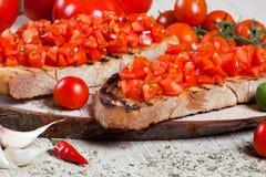 Bruschetta italiano con los tomates Fotos de archivo libres de regalías