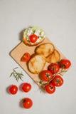 Bruschetta italiano con queso suave, los tomates, el romero y la ensalada fresca en la placa Espacio para el texto Imágenes de archivo libres de regalías