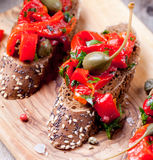 Bruschetta italiano, crostini con paprikas asados y aceite de oliva Imágenes de archivo libres de regalías