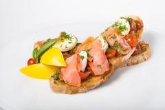 Bruschetta italiano del bocadillo con los salmones Imagen de archivo