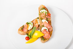 Bruschetta italiano del bocadillo con los salmones Imagenes de archivo