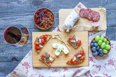 Bruschetta italiano feito com fatias de pão brindadas com cereja Imagens de Stock
