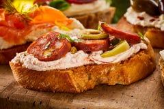 Bruschetta italiano picante com salsicha do chouriço imagem de stock royalty free