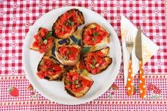 Bruschetta italien avec la tomate, l'ail et le basilic Images stock