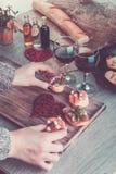 bruschetta Kvinnan lagar mat den romantiska matställen tonat foto vektor för valentin för pardagillustration älska Förälskelse Royaltyfri Fotografi