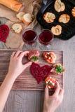Bruschetta La donna sta cucinando la cena romantica Vista superiore Giorno del biglietto di S Amore fotografia stock