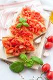 Bruschetta med den ny tomaten och basilika Arkivfoton
