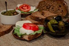 Bruschetta med mozzarellaen och tomater Arkivbilder