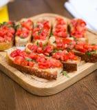 Bruschetta med söta tomater och basilika Fotografering för Bildbyråer