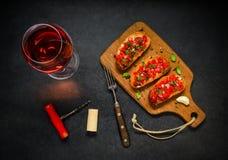 Bruschetta med tomaten, basilika och Rose Wine royaltyfria bilder