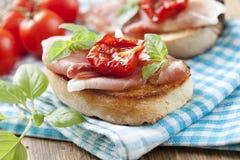 Bruschetta met de ham van Parma Stock Afbeelding