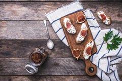 Bruschetta met fig. op hakbord in rustieke stijl Royalty-vrije Stock Fotografie