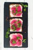 Bruschetta met geitkaas, watermeloenradijs en maïssalade Stock Foto's