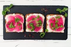 Bruschetta met geitkaas, watermeloenradijs en maïssalade Royalty-vrije Stock Fotografie