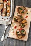 Bruschetta met gemarineerde aubergine met Spaanse pepers, knoflook en peterselie op een houten tribune Royalty-vrije Stock Foto