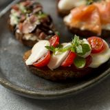 Bruschetta met mozarella en tomaten en basilicum stock fotografie