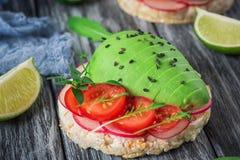 Bruschetta met tomaat, avocado, kruiden en arugula Rustieke achtergrond Hoogste mening royalty-vrije stock foto's