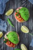 Bruschetta met tomaat, avocado, kruiden en arugula Rustieke achtergrond Hoogste mening royalty-vrije stock foto