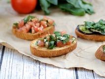 Bruschetta met tomaten en basilicum Stock Fotografie