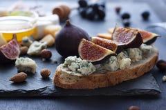 Bruschetta met verse fig. en dor blukaas stock afbeelding