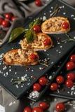 Bruschetta mit geräucherten Fleisch- und Kirschtomaten Stockfoto