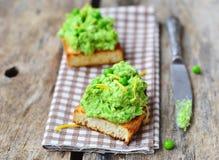 Bruschetta mit grüner Erbse Stockfoto