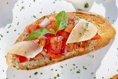 Bruschetta mit Parmesankäse lizenzfreie stockfotos