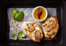 Bruschetta mit Pilzen, Basilikum und Kiefernnüssen Stockbild