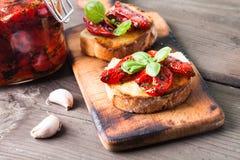 Bruschetta mit sonnengetrockneten Tomaten stockbilder