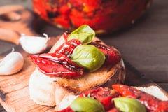 Bruschetta mit sonnengetrockneten Tomaten stockbild