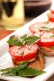 Bruschetta mit Tomate, Mozzarella und Basilikum Stockfotografie