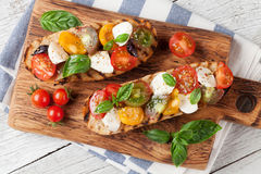 Bruschetta mit Tomaten, Mozzarella und Basilikum Lizenzfreies Stockfoto