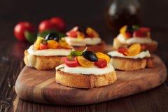 Bruschetta mit Tomaten und Mozzarella Stockbild
