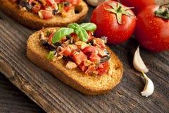 Bruschetta mit Tomaten und Thunfisch lizenzfreies stockbild