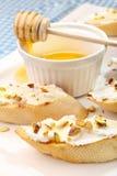 Bruschetta mit Ziegenkäse, Honig und Pistazien Lizenzfreies Stockbild