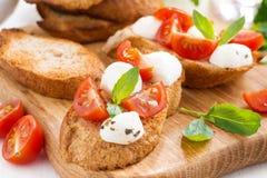 bruschetta with mozzarella, basil and cherry tomatoes Royalty Free Stock Photos
