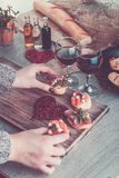 Bruschetta A mulher está cozinhando o jantar romântico Foto tonificada Dia do Valentim Amor Fotografia de Stock Royalty Free