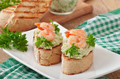 Bruschetta with a paste of green peas and shrimps Royalty Free Stock Images