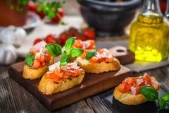 Bruschetta sabroso con el tomate, albahaca, parmesano, aceite de oliva imágenes de archivo libres de regalías