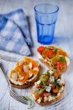Bruschetta saudável com mussarela e tomate na madeira branca fotos de stock