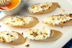 Bruschetta smörgås med honung och pistascher för getost Fotografering för Bildbyråer