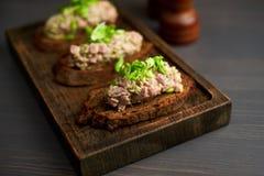 Bruschetta, sulle fette di baguette tostate guarnite con basilico Fotografia Stock Libera da Diritti