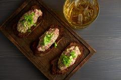 Bruschetta, sulle fette di baguette tostate guarnite con basilico Immagine Stock Libera da Diritti