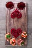 Bruschetta ustawiający dla wina na nieociosanej drewnianej desce pary dzień ilustracyjny kochający valentine wektor Romantyczny g Zdjęcia Stock