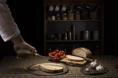 Bruschetta wznosił toast plasterek bochenek z oliwa z oliwek i czosnkiem Fotografia Stock