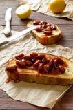 Bruschetta z czerwoną haricot fasolą, pomidorowym kumberlandem i koperem, obraz stock