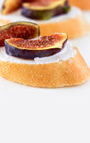 Bruschetta z figą i Koźlim serem na białym tle shalna obraz stock