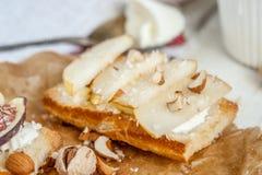 Bruschetta z koźliego sera, bonkrety i migdału dokrętkami na pergaminie, Zdjęcie Royalty Free
